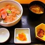 お食事処 さくら - まぐろ丼¥500(小鉢、漬物、味噌汁付き)