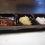 真樹 - お肉の味付けは自家製ラー油ソース、ネギ塩、鰹だしの3種