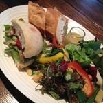 ロウライフカフェ - バジルチキンと生ハムのサンドイッチプレート☆ バジルチキンとドライトマトのパニーニは、絶品‼