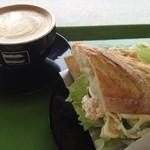 ウィッチーズ - サーモンクリームチーズサンドとカフェラテ