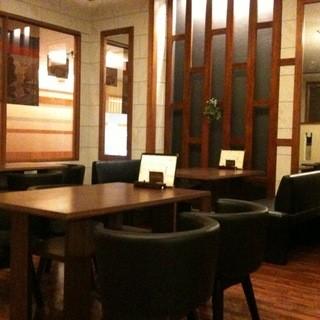ゆったり広ーい店内には、低いテーブル&ソファ席を配置!