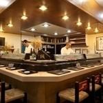 誠寿司 - カウンター席。職人の熟練の技を会話をお楽しみください!