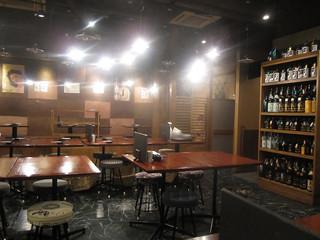 三ぞう 岩本町店 - テーブル席の他に掘りごたつもあり、かなり解放感のある店内。
