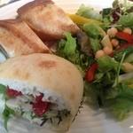 ロウライフカフェ - サンドイッチランチ。 2種類もパンがあるし、具材もそれぞれ違って、なかなかいいね! ボリュームもあり、男性でも満足でした。