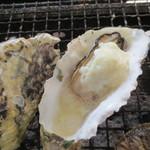 牡蠣小屋 住吉丸 - ベシャメルソースONで牡蠣グラタンの出来あがり。グツグツ♪