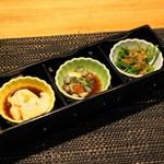 五郎八 - 2012.11 お通しの胡麻豆腐、ナマコ酢、セリのお浸し