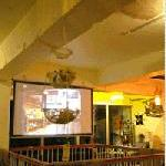 EMPORIO cafe&dining - 階段を登り2Fに分れた店内。大型スクリーンも貸出しOK!