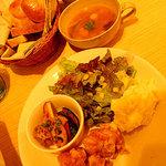 GIRASOLE - ランチセット。ワンプレート(メイン+3種類の副菜)とパン3種類とスープとドリンクで700円!