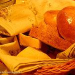 GIRASOLE - ランチセットのパン3種類。ほくほくでおいしい!