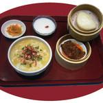 唐朝刀削麺 - 豚バラ肉のミソ蒸しバーガーとハーフ刀削麺のセットです。