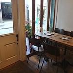 カリメロ - 入口の左右にテーブル席があります