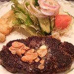 ステーキハウスひのき - 料理写真:ハンバーグ、ニンニクチップ載せ。