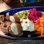ロス・バルバドス - 15回目12/3 野菜の前菜盛り合わせ(レバノン)。通常の4品に、ファラフェルとキビ(揚げもの)、ベジローフ(パテのようなもの)を付けました。
