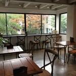 ロウライフカフェ - 店内。二階。