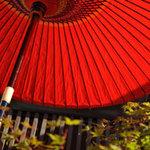 旬彩和さび - 店の入り口の真っ赤な番傘が目印です♪