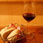 ブラッスリー カズ - 赤ワインとお通しのパン
