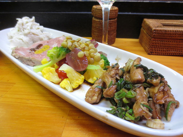 鉄板28号 - 前菜盛り合わせ(2~3人前)¥680