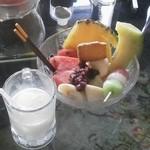 百万ドル - モーニングのフルーツあんみつは、だんごにアイスクリーム、旬の果物盛りだくさんでボリューム満点。