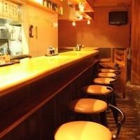 居酒屋 やえがき - カウンターは全12席。若いカップルの方々も結構いらっしゃいます。