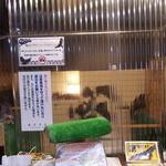 鷹匠茶屋 - 止まり木とか、店内の猛禽類展示スペースとの区切りとか