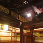 西村屋 和味旬彩 - 木を多用し、どこか作り物めいた空間1