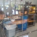 軽井沢チョコレートファクトリー東京ラスク - ガラスの向こうは工場
