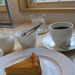 Cafe Domjan - 濃厚ジャーマンチーズケーキ500円とフレンチローステッド580円