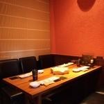 彩華 - テーブル席は仕切りを作った半個室風 ゆったりと食事をお楽しみ頂けます