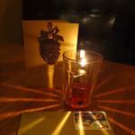 エンゾ パステリア - クリスマスカードを開けながら