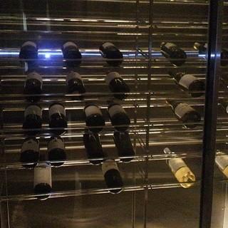 ワインセラーの中にはワイン好きなオーナーが厳選したワインが・・