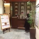 カッフェ・クラシカ - 入り口にはカウンター。