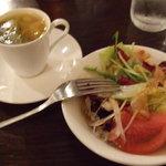 ビッグオニオンガディード - オニオンディナーのミニカップスープとサラダ。ミニなので少し飲みにくいですが・・・