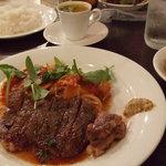 ビッグオニオンガディード - 今日は、牛肉のステーキとパスタ、サーモンのムニエルがついてました