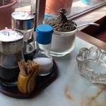 ちくりん - 卓上アイテムはソース・醤油・塩・コーヒーシュガー・爪楊枝・灰皿の布陣