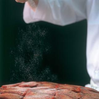 職人の技で牛たんを味付け、熟成