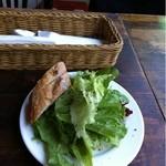 Quatre Cafe - ランチのサラダとパン