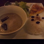 mani cafe - グリーンカレー(キッシュとサラダ付き)800円 照明のかげんで写りが悪くなっています