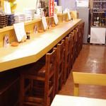 カレーや 満店堂 - お一人様でも落ち着いておくつろぎいただける温かみのある作りになっております。
