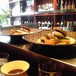 16236793 - カウンターに並べられたお料理!