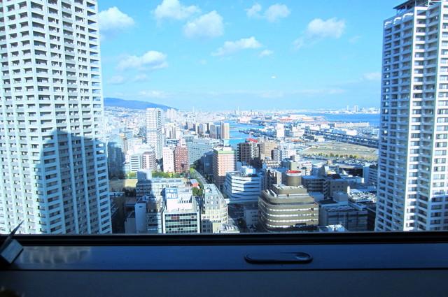 UCCカフェ コンフォート 神戸市庁舎店 - 窓際カウンター席にて。