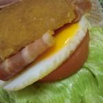 16250634 - ベーコン、レタス、トマト、エッグ。味付けはオーロラソースとデニッシュのバター風味で
