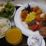 16252882 - 紙皿の朝食バイキング