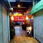 Ramenchanya - 市場(?)の奥が店舗