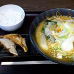 伝丸 - 伝丸 南葛西店 野菜らーめん味噌 680円 + 餃子 200円 + サービス半ライス