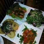 16270577 - チョリソー、サラダ、カポナータ、フライドポテトメンタイソース
