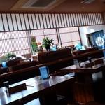 庄内旬味 悦波 - カウンターとテーブル席