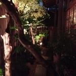 かみくら - ライトアップされた中庭