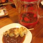 KOMERU - 特製タレにつけて食べる焼き鳥。鶏と玉ねぎのたまねぎま?です。