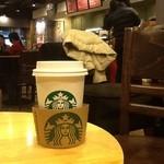 スターバックス・コーヒー - 2012/12 店内はクリスマス・ムード一杯なんだけど、たまたまホリデーシーズンのカップが品切れなのか、普通のカップ