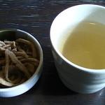 そば処裕心 - 最初に出てくるお茶と蕎麦かりんとう